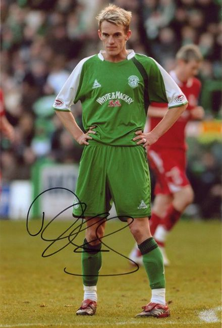 Dean Shiels, Hibernian, signed 12x8 inch photo.